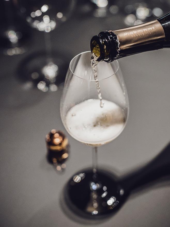 SECLI Weinwelt Champagner servieren